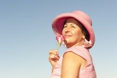 Ladyen i pink och steg Arkivfoton