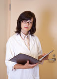 Ladyforskare rymmer mappen med experimentresultat Royaltyfria Bilder