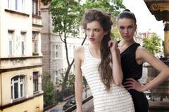 ladys одетьнные красоткой шикарные снаружи Стоковые Изображения