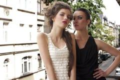 ladys одетьнные красоткой шикарные снаружи Стоковое Изображение