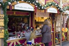 Ladyshopping på julmarknader på fredfyrkant Royaltyfri Bild