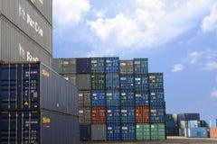 LAEM CHABANG, ТАИЛАНД - 14,2018 -го апрель: Коробки контейнеров грузят с штабелированный готового контейнеров нагруженного в гава Стоковые Фотографии RF