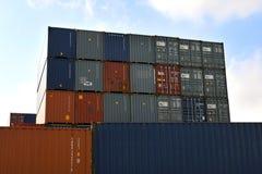 LAEM CHABANG, ТАИЛАНД - 14,2018 -го апрель: Коробки контейнеров грузят с штабелированный готового контейнеров нагруженного в гава Стоковая Фотография RF