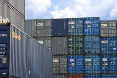 LAEM CHABANG, ТАИЛАНД - 14,2018 -го апрель: Коробки контейнеров грузят с штабелированный готового контейнеров нагруженного в гава Стоковая Фотография