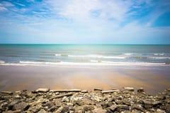 Laem Phak Bia em ondas de oceano de Phetchaburi, em praia, no mar azul e nas praias brancas da areia Imagem de Stock Royalty Free