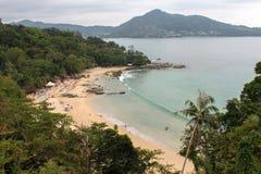 LAEM SINGH plaża TAJLANDIA, LISTOPAD, - 07, 2013: Widok od punktu widzenia relaksujący ludzie między Surin i kamalą, pełno, Obrazy Royalty Free