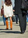 Laförsvar, Frankrike April 10, 2014: stående av en affärskvinna som går med påsen på en gata Hon bär den korta kjolen och elegant Royaltyfria Foton