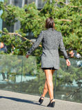 Laförsvar, Frankrike April 10, 2014: stående av en affärskvinna som går på en gata Hon ser mycket tillfällig, bär den korta kjole Arkivfoto