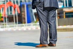 Laförsvar, Frankrike April 10, 2014: tillbaka sikt av affärsmannen som går i en gata Han bär en mycket elegant dräkt och en högkv Arkivfoto