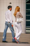 Laförsvar, Frankrike - Augusti 30, 2006: Stilfulla par som går i en gata Mannen bär blå jeans och den vita flåsandet för kvinna Arkivbild