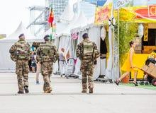 Laförsvar, Frankrike - Juli 17 2016: Fransk militär patrull som tilldelas till bevakningen av ett affärsområde nära Paris Dessa t Fotografering för Bildbyråer