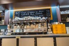 Laförsvar, Frankrike - Juli 17, 2016: inre sikt på räknare av den stora traditionella franska restaurangen i laförsvarstad, det s royaltyfri foto