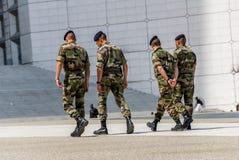 Laförsvar, Frankrike - Mai 12, 2007: Fransk militär patrull som tilldelas till bevakningen av ett affärsområde nära Paris Dessa t Royaltyfri Foto