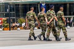 Laförsvar, Frankrike - Mai 12, 2007: Fransk militär patrull som tilldelas till bevakningen av ett affärsområde nära Paris Dessa t Fotografering för Bildbyråer