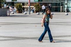 Laförsvar, Frankrike Maj 02, 2007: stående av en affärskvinna w Arkivbilder
