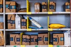 Lafayette - circa febrero de 2018: Tienda del Amazonas en Purdue Los clientes de una tienda del ladrillo-y-mortero pueden recibir fotos de archivo