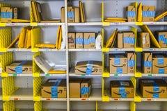 Lafayette - Około Luty 2017: Amazonka sklep przy Purdue Moździerza sklepu klienci mogą otrzymywać produkty od amazonki com V Obraz Stock