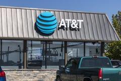 Lafayette - Około Wrzesień 2017: AT&T ruchliwości radia sklep detaliczny AT&T teraz oferuje IPTV, VoIP, telefony komórkowych i Di zdjęcia stock