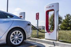 Lafayette - vers en septembre 2017 : Station de surchauffeur de Tesla Le surchauffeur offre rapidement la recharge du modèle S et Photographie stock