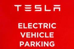 Lafayette - vers en septembre 2017 : Station de surchauffeur de Tesla Le surchauffeur offre rapidement la recharge du modèle S et Photo stock