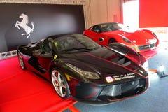 LaFerrari Aperta och 599 GTO på skärm på den Ferrari utmaningAsia Pacific serien springer på April 15, 2018 i Hampton Downs Royaltyfria Bilder