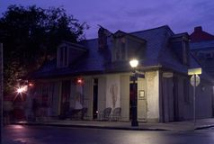 Lafitte的铁匠商店酒吧在新奥尔良在晚上 库存照片