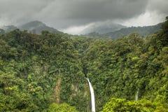 LaFortuna vattenfall i den Arenal nationalparken, Costa Rica Arkivfoto