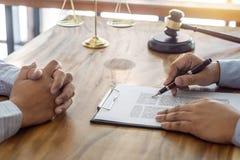 Lag, advokatadvokat- och rättvisabegrepp, konsultation mellan en manlig advokat och klient och att ge rådgivning och åtal om fotografering för bildbyråer