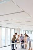 Lag av affärsfolk som har diskussion på tabellen i regeringsställning Arkivfoton
