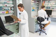 Lag av apotekare som arbetar på datorer Arkivbild