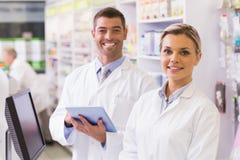 Lag av apotekare som ser kameran Fotografering för Bildbyråer