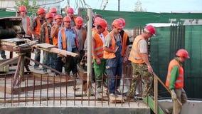 Lag av arbetare på konstruktionsplatsen lager videofilmer