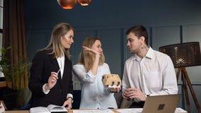 Lag av arkitekt som tre arbetar i kontoret lager videofilmer