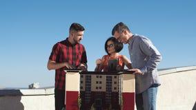 Lag av arkitekter som diskuterar ett höghusprojekt arkivfilmer