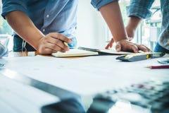 Lag av arkitekturteknikerkonstruktion med pappers- planproje royaltyfri fotografi