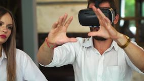 Lag av bärare som arbetar med virtuell verklighetexponeringsglas under ett affärsmöte Unga affärskollegor lager videofilmer
