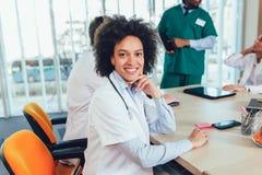 Lag av blandras- doktorer på sjukhuset arkivbild