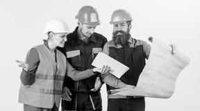 Lag av byggmästaren, tekniker, arkitekt som argumenterar om projekt arkivbilder