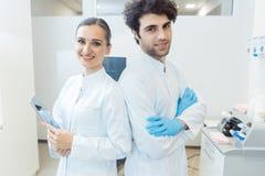 Lag av doktorer i deras övning arkivfoto