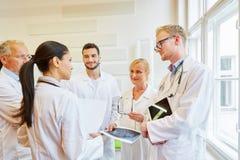 Lag av doktorer i diskussion arkivfoto