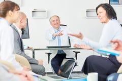 Lag av doktorer i ett möte royaltyfria bilder