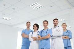 Lag av doktorer i likformig arkivbild
