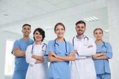 Lag av doktorer i likformig royaltyfri fotografi