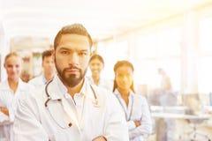 Lag av doktorer och sjuksköterskor i sjukhus arkivfoto