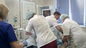 Lag av doktorer och sjuksköterskor som förbereder patienten för gastroscopy stock video