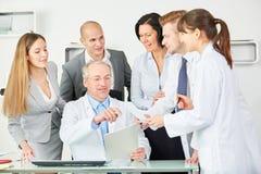 Lag av doktorer på kliniken royaltyfri bild