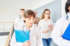 Lag av doktorer på sjukhuset arkivbilder