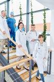 Lag av doktorer på trappuppgång arkivfoto
