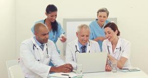 Lag av doktorer som arbetar på bärbara datorn stock video