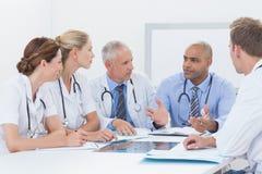 Lag av doktorer som har ett möte Royaltyfri Fotografi